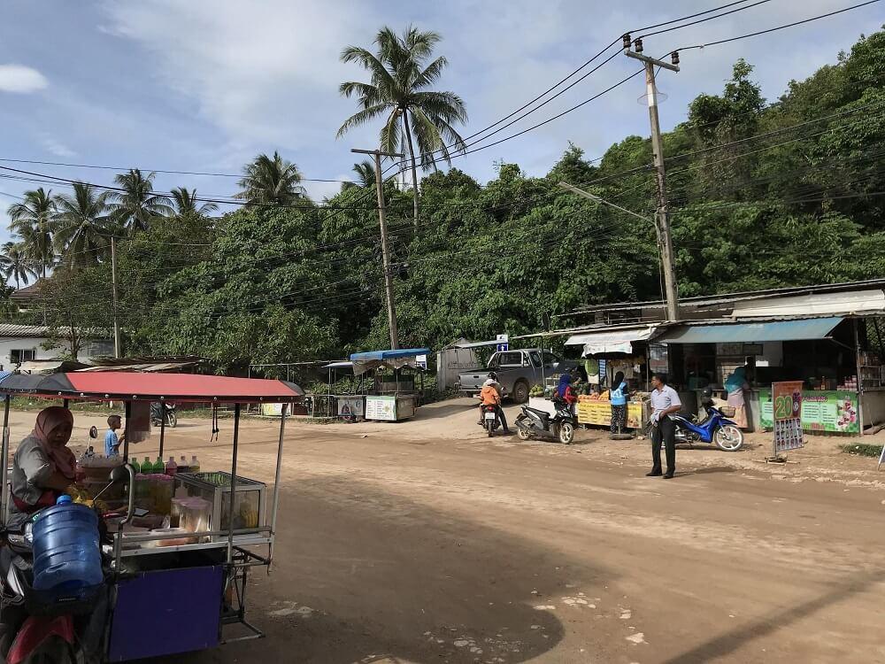 Droga i stragany na tle dżungli